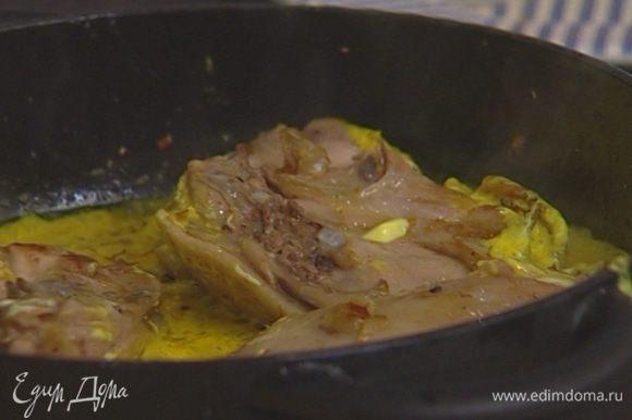 Добавить кардамон, кориандр, куркуму, половину чайной ложки соли, вернуть в сковороду обжаренные куски курицы, влить немного кипятка. Накрыть сковороду крышкой и готовить 25 минут.
