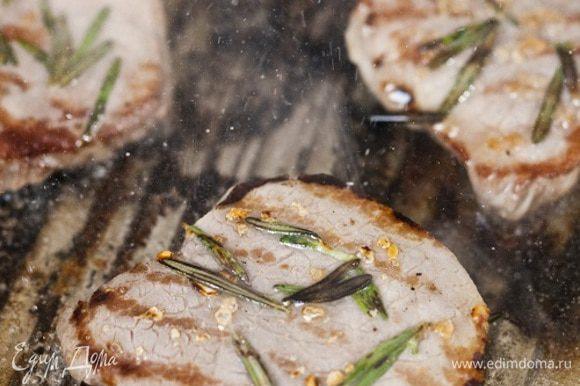 Отбить мясо скалкой. Жарить на сковороде-гриль 5-6 минут, перевернув один раз. Сбрызнуть бифштекс оливковым маслом и лимонным соком.