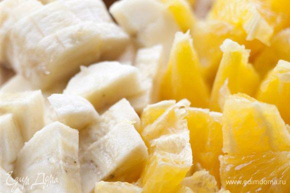 Апельсины и бананы почистить и нарезать небольшими кусочками.