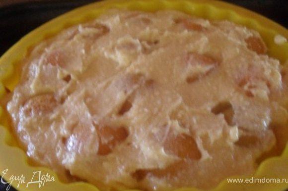 Поверх абрикосов уложить 2 часть теста.Выпечь пирог в духовке около 20-30 минут.