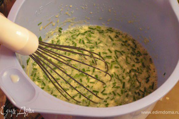 Яйца взбить с майонезом , зеленью и мукой и перцем