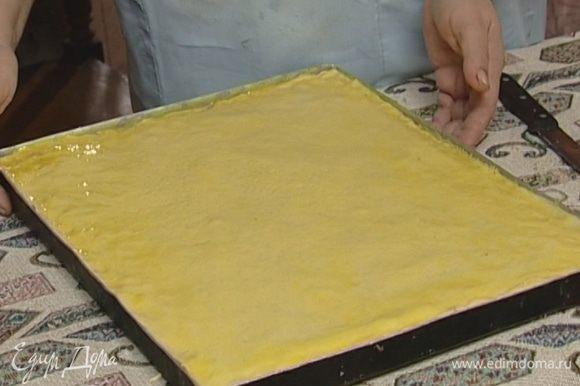 Желток смешать с оставшимся шафраном, смазать верхний слой пахлавы и выпекать в течение 7–8 минут в разогретой духовке, затем убавить температуру духовки до 150–160°С.