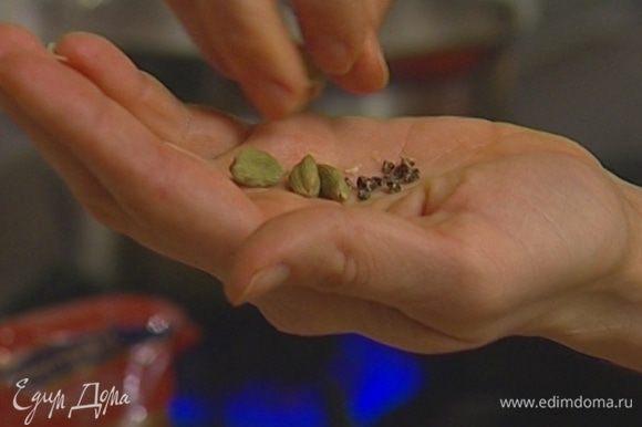 Из стручков кардамона вынуть зерна и растереть их в ступке.