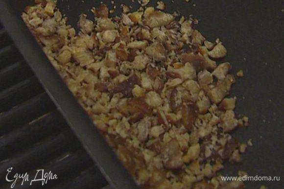 Каштаны очистить от скорлупы, измельчить в крупную крошку, высыпать на противень и подсушивать в разогретой до 160°С духовке 3–4 минуты.