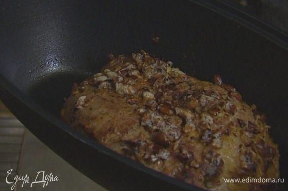 Переложить мясо в глубокую жаростойкую форму или утятницу, накрыть крышкой и отправить в разогретую до 200°С духовку на 20 минут.