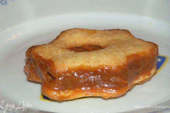 На цельную печеньку намазать слой(~0.8 см) сгущенки сверху положить печеньку с отверстием, слегка придавить и аккуратно намазать края...