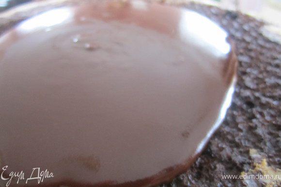 Покрыть верх торта.