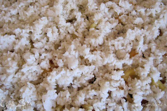 Затем выкладываем отваренный до полуготовности рис.смазываем майонезом.
