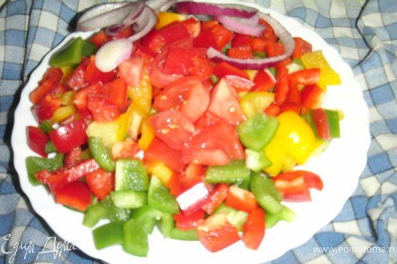 Болгарский перец, помидоры порезать кубиками,а лук кольцами.