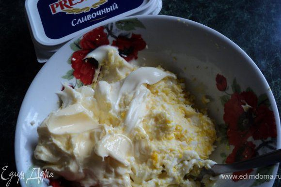 Сливочный сыр выложить в миску, добавить тертое на мелкой текре яйцо, размягченное сливочное масло, майонез, хорошо перемешать. Отложить немного крема для украшения.