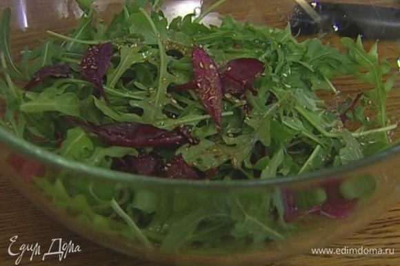 Листья салата выложить на большое блюдо, сбрызнуть их оливковым маслом и соком лайма, слегка присыпать смесью перца и соли.