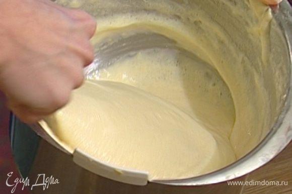 Ввести белки к желткам, добавить цедру лимона, соль, муку. Все вымешать, выложить тесто в смазанную сливочным маслом форму и выпекать в разогретой духовке примерно час.