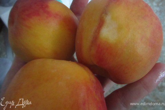 Персики вымыть, удалить косточку.
