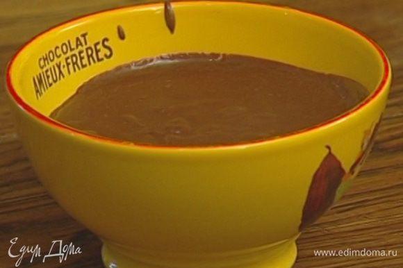 Приготовить крем: смешать 2 желтка и 2 ст. ложки сахара, влить стакан молока, добавить 1/2 ст. ложки муки, 1/2 ст. ложки крахмала и какао. Перемешать и прогревать на водяной бане, пока крем не загустеет.