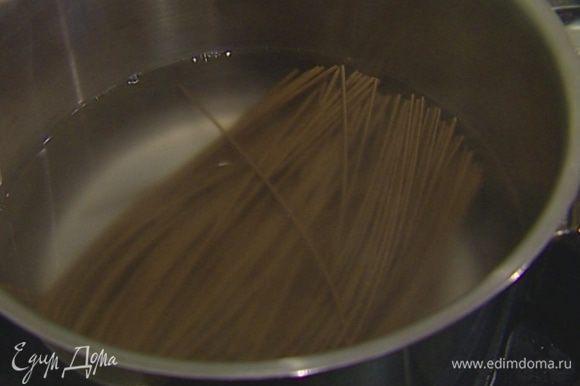 Гречневую лапшу отварить согласно инструкции на упаковке, затем промыть холодной водой.