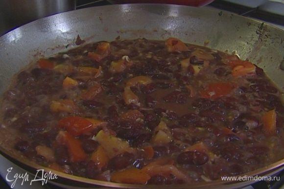 Как только вино выпарится, добавить немного воды, в которой варилась фасоль, оставшуюся петрушку, оливковое масло и потушить еще 1–2 минуты. Подавать морские гребешки с фасолью.