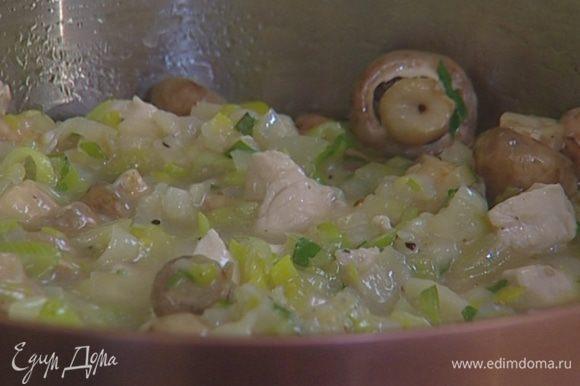 Выложить начинку в форму для выпечки, смазанную оливковым маслом.