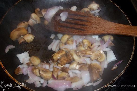 Нарезать лук и грибы. Обжарить на разогретом подсолнечном масле 20 минут.