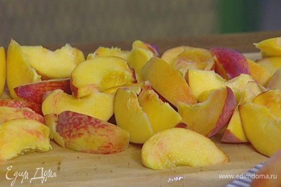 Каждый персик разрезать на 8 частей, удалить косточки и сбрызнуть лимонным соком.