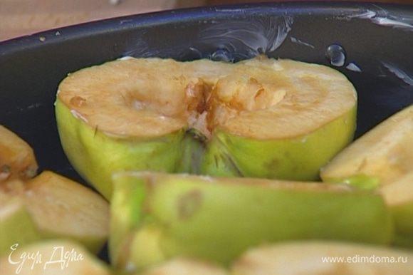 Большую форму для выпечки смазать сливочным маслом, слегка присыпать сахаром. Уложить айву в форму срезами вверх.