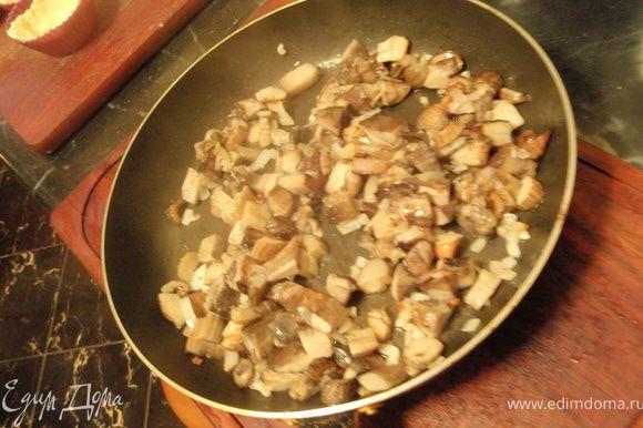 Когда выпариться лишняя влага, добавим масла и лук. Обжарим грибочки до золотистости. Посолим ещё немного и поперчим.