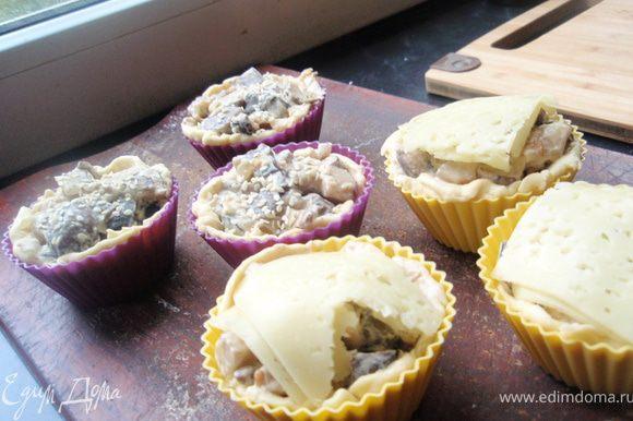 Выкладываем начинку из грибов. На часть слоечек сверху я положила кусочки сыра, на другу посыпала кунжутные семечки.