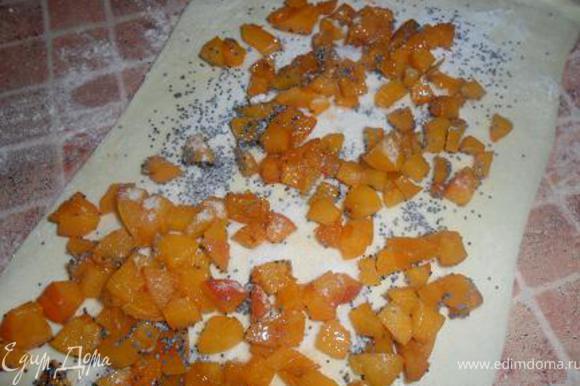 раскатали тесто,положили на него кусочки абрикоса и щедро посыпали маком.А можно и поскромнее,кто как любит!Я ещё и пудрой посыпала,потому как дети любят сладкое.