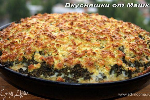 Нарезаем на кубики куриное филе, натираем на терке картофель и морковку, мелкими кубиками режем лук и чеснок, добавляем 2 яйца, соль, перец, майонез и тщательно перемешиваем. Отдельно режем мелко щавель ( можно на комбайне)и трем на терке сыр. Смазываем сковородку или форму, в которой будем готовить. Выкладываем и разравниваем начинку из овощей и филе. Сверху не сильно толстым слоем выкладываем щавель. Ставим в разогретую духовку, через 20 минут посыпаем сыром и оставляем еще на 25-30 минут. Приятного аппетита!