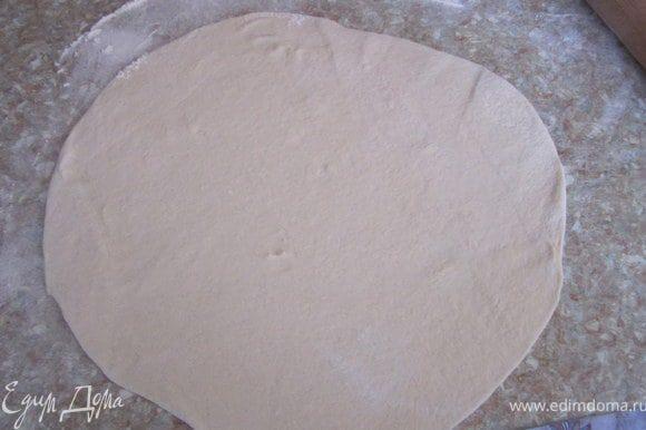 Дрожжевое тесто тонко раскатать выложить в смазанную маслом форму.