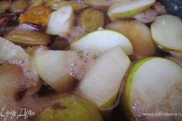 Фрукты потомить в карамели 5-7 минут.