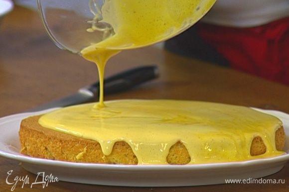 Остывший бисквит вынуть из формы, залить кремом забайоне, сверху выложить ягоды винограда.