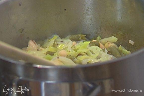 Приготовить начинку: в кастрюлю к порею выложить консервированную белую и стручковую фасоль, влить бульон, все перемешать и прогревать на медленном огне 5 минут.