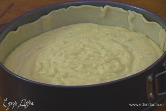 Выложить 1 пласт теста в форму для выпечки таким образом, чтобы получился высокий бортик, сверху равномерно распределить начинку. Из второго пласта теста вырезать полоски шириной 1–2 см и уложить их крест-накрест на творожную массу.