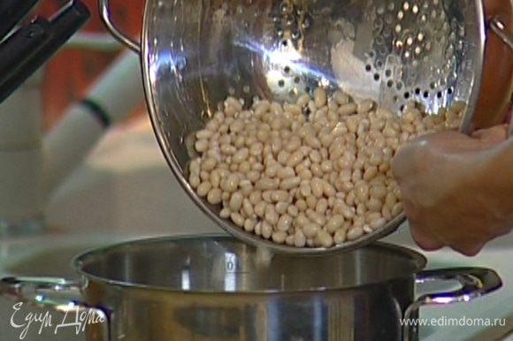 Вернуть к фасоли воду, в которой она варилась, влить сливки и прогреть, не доводя до кипения.