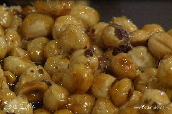 Закарамелизированные орехи выложить на противень; когда карамель застынет, выгнуть противень так, чтобы она легко от него отделилась.