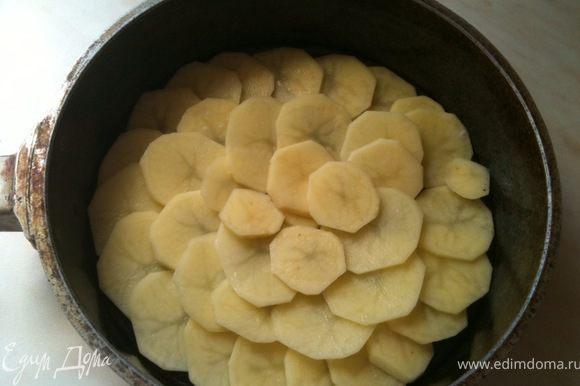 Дно формы смазать растительным маслом и выложить плотно дольки картофеля.