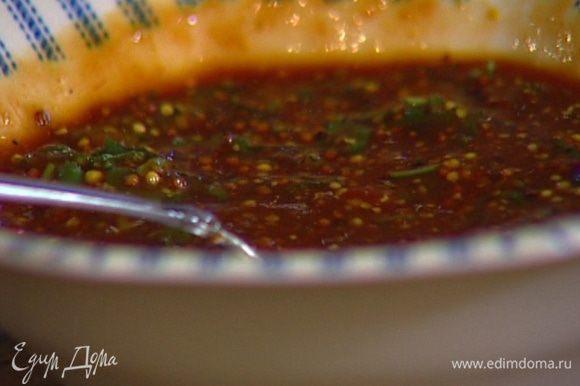 Приготовить соус: смешать томатную пасту, рисовое вино, соевый и рыбный соус, оставшийся мирин, горчицу, мед, чили, мяту и кинзу.
