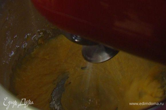 Желтки взбить с сахарной пудрой.