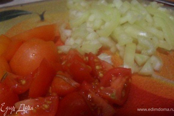 Перец порезать маленькими полосочками, помидор мелким кубиком.