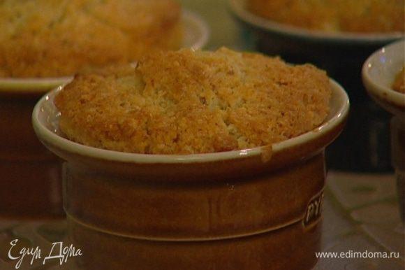 Смазать небольшие формочки сливочным маслом, выложить в них тесто и выпекать пудинги в разогретой духовке 20–25 минут.