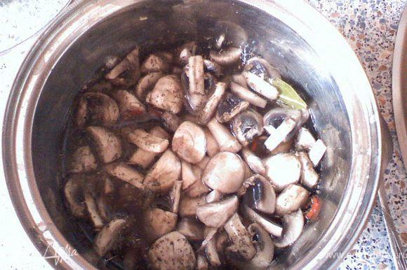 Погрузить в маринад грибы на 1-2 минуты.
