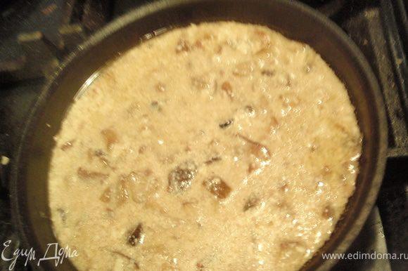 Приготовим соус. Из формы смесь из сливок и грибов переливаем в сковороду или сотейник, добавляем половник грибного бульона, и муку. Помешиваем и держим на огне до загустения. При необходимости посолить.