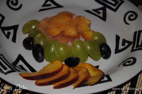 Нарезать порционными кусочками и украсить фруктами.