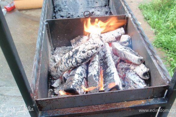 Дадим дрова прогореть до углей. У нас береза.