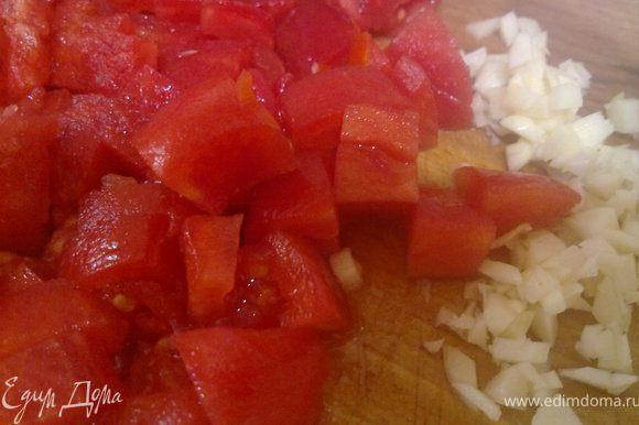 помидоры обдать кипятком, потом сразу холодной водой и очистить от кожуры. нарезать кубиками. чеснок тоже измельчить...