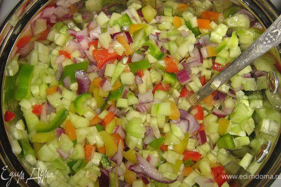 В кастрюле с толстым дном разогреть раст.масло,всыпать нарезанные овощи,обжарить,помешивая минут 7-8.