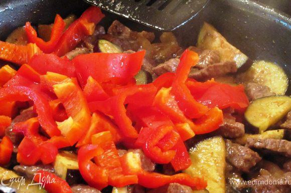 Добавляем нарезаный баклажан. Пока мясо с баклажаном тушатся, нарезаем соломкой перец.