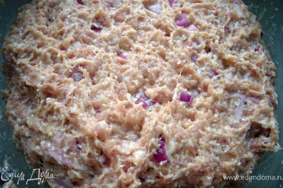 В куриный фарш положить рубленный лук, яйцо и хлопья в йогурте, специи и соль по вкусу. Перемешать до однородности. Оставить фарш в холодильнике минут на 15-20, чтобы котлеты легче формировались.