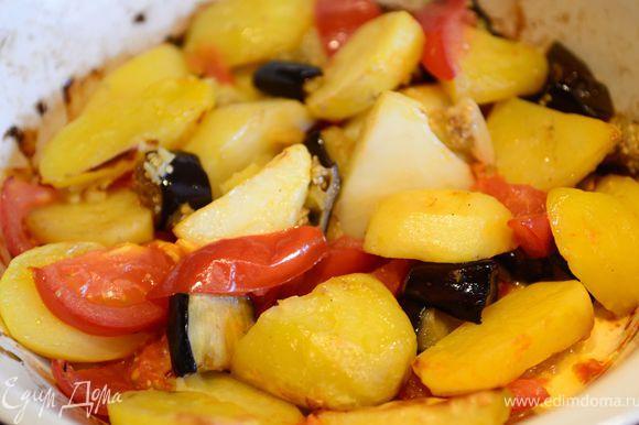 Раздавить и порезать крупно чеснок, залить его оливковым маслом, и вылить в форму с картофелем и баклажанами, добавить соль, перец, хорошо перемешать. Выпекать 20 минут. Один раз перемешать, добавить порезанные дольками помидоры и выпекать еще 15-20 минут.
