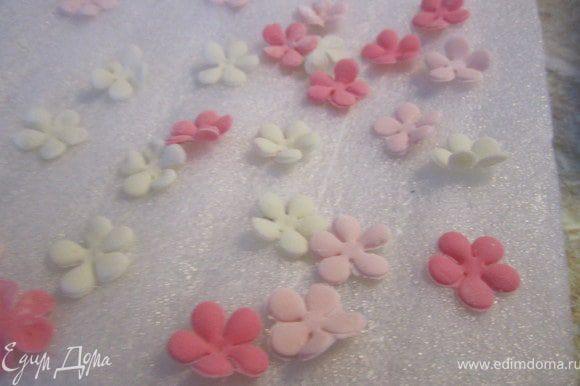 Из маленьких цветочков сделать рюшики.